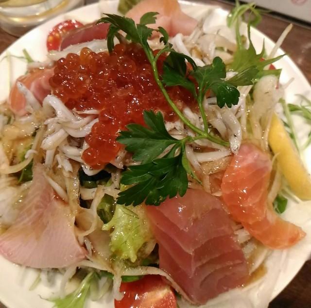 安くて美味しいお刺身たっぷりの贅沢な海鮮サラダ(580円)「GONTa2」立ち飲み(神戸三宮)