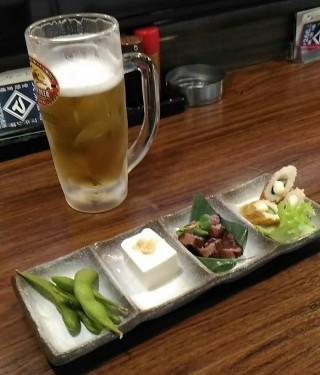 まきし亭 ワンコインセット(生中一杯と酒肴四点盛り)と生ビール