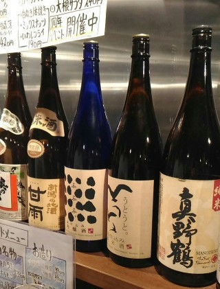 徳田酒店第3ビルB2店 カウンターの日本酒、焼酎