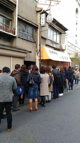 裏 ヒロヤ 開店前の待ち行列