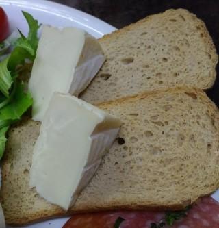 裏ヒロヤ 前菜盛りのカマンベールとクラッカー的なパン