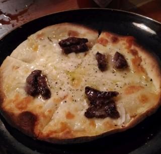 肴や 鯨のピザ(380円)