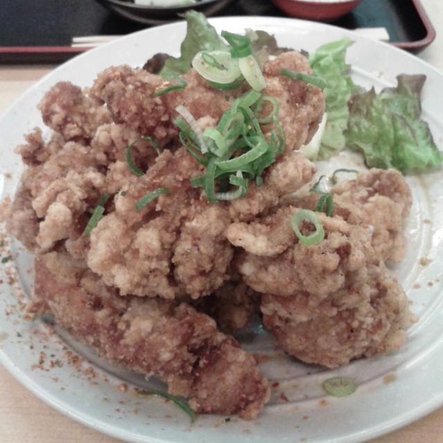 ボリューム満点の「唐揚げマウンテン定食」に大満足 田ごと(大阪梅田)